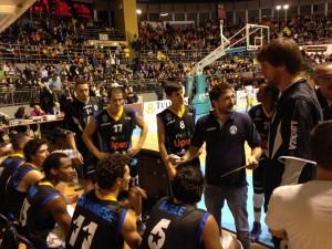 Gianmarco Pozzecco parla alla squadra durante un time out