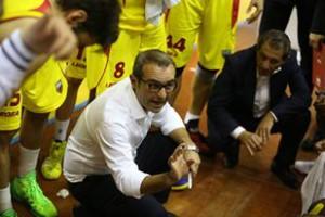 Il tencico della Sigma Barcellona Ugo Ducarello cerca di spronare i suoi giocatori