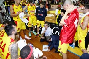 Ugo Ducarello parla alla squadra durante un time out