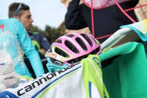 Il casco rosa utile per celebrare la grande impresa del 2013, sulle strade del Giro (foto Antonio Magazzù)