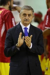 Il tecnico di Barcellona Marco Calvani applaude la sua squadra