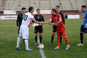 Il capitano del Città di Messina Mirco Camarda stringe la mano a Scarpa del Savoia