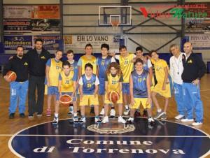 I ragazzi del minibasket con dirigenti e tecnici