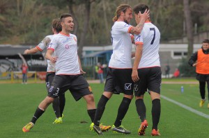 Maiorano festeggia Ferreira dopo il gol a Ischia