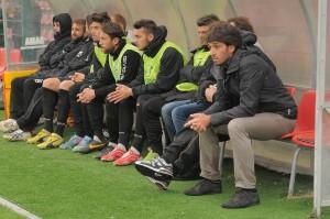 La panchina del Messina; ultimo a destra il tecnico Grassadonia (foto Paolo Furrer)