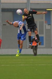 Il difensore del Messina Giovanni Ignoffo anticipa un avversario di testa (foto Paolo Furrer)