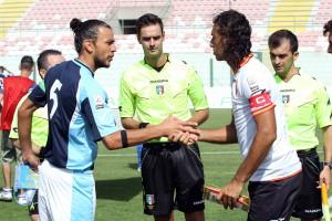 La stretta di mano tra capitani nel match d'andata