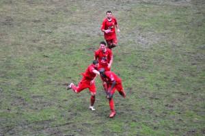 L'esultanza dei calciatori del Città di Messina dopo la rete dell'1-1 del senegalese Seck