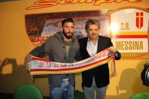 Il neo-acquisto Enrico Pepe con il vice-presidente del Messina Niki Patti nel corso della conferenza stampa di presentazione