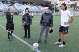 Giorgio Corona insieme ai familiari di Alessandro Galea, che hanno dato inizio al Memorial (foto Paolo Furrer)