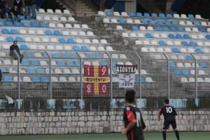 """Gli striscioni dei sostenitori del Messina al """"Bacigalupo"""" di Taormina (foto Paolo Furrer)"""