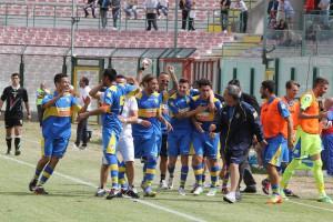 Nigro festeggia con i compagni a Messina nella gara di Poule scudetto del maggio 2013