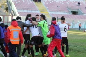 L'esultanza dei calciatori del Messina dopo la prima rete di Ferreira
