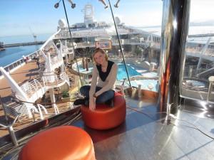 Isabella Collogrosso in un momento di relax, mentre introduce lo scenario della nave Msc sullo sfondo