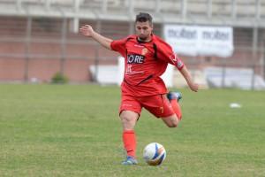 L'attaccante del Città di Messina Maurizio Vella prova la conclusione dalla distanza