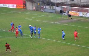 Un tentativo di Vella su calcio piazzato (foto Omar Menolascina)