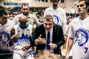 Alberto Martelossi (Brescia) parla alla sua squadra durante un time out