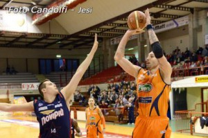 Michele Maggioli al tiro da due, 22 punti per il totem marchigiano