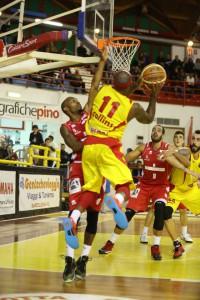 Un'acrobazia di Andre Collins, decisivo nel finale contro Forlì