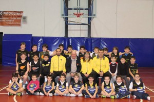 Il play Stuppia e coach Maganza insieme ai ragazzi del settore giovanile di Spadafora