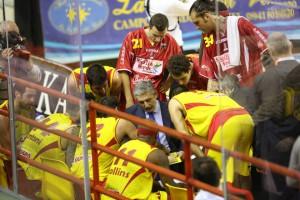 Coach Calvani (Sigma Barcellona) da indicazioni alla sua squadra