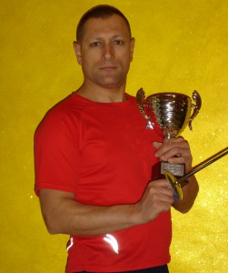 Lillo Cutugno in posa con l'ultimo trofeo ottenuto a Foggia