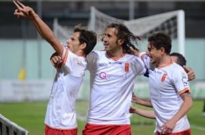 E' festa grande dopo il gol del 2-1, che ha consentito al Messina di violare per la terza volta consecutiva il campo del Foggia (foto Bruno Cuteri – Paolo Furrer)