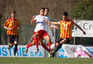 L'esterno Tommaso Squillace contrasta un avversario (foto Paolo Furrer)