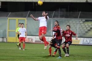Vittorio Bernardo stacca di testa a Foggia (foto Cuteri)
