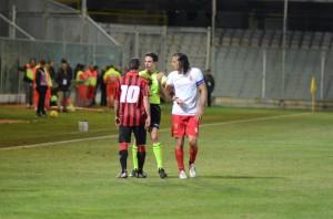 Giorgio Corona con l'arbitro (foto Cuteri)