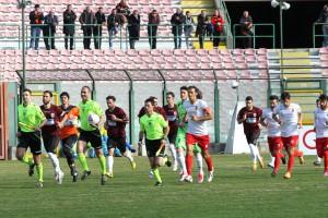 L'ingresso in campo delle due squadre (foto Gabriele Maricchiolo)
