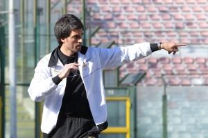 Il tecnico del Messina Gianluca Grassadonia dà indicazioni dalla panchina  (foto Gabriele Maricchiolo)