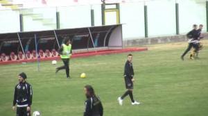 Grassadonia in versione calciatore nel corso degli allenamenti (foto Matteo Arrigo)