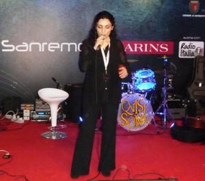 La cantante Ketty Ragno mentre si esibisce a Casa Sanremo