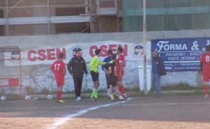 L'arbitro Bonaccorso mentre chiede soccorso alle panchine di Messina Sud e Aci S.Antonio