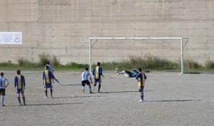 Il rigore con cui Peppe Buda segna la prima rete dello Sporting Taormina (scatto R.S.)