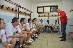 Condello (Costa d'Orlando) prla alla squadra nello spogliatoio