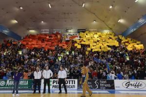 La coreografia dei sostenitori di Barcellona nel derby del Palafantozzi (foto Isolino)