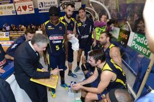 Marco Calvani carica la sua squadra (foto Isolino)