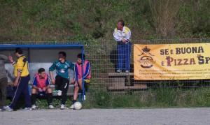 L'allenatore del Riviera Sandro De Domenico, squalificato, segue il match dagli spalti (scatto di R.S.)
