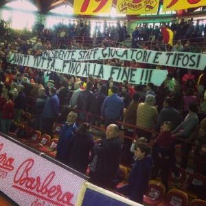 Lo striscione esposto dai tifosi di Barcellona ad inizio gara