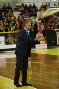 Marco Calvani (Sigma Barcellona) applaude la sua squadra