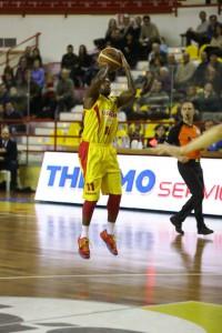 Il play d Barcellona Andre Collins al tiro