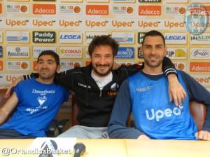 Coach Pozzecco tra il tuttofare Andrea Gregoli e capitan Matteo Soragna  alla vigilia della sfida con Trento