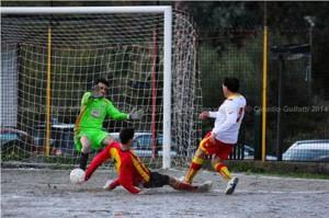 Fausto Nibali mentre realizza il terzo e decisivo gol nel 3 a 2 sulla Ciappazzi (scatto di Claudio Gullotti)