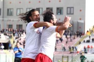Corona e Bernardo celebrano un gol
