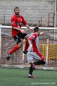 Il centrale difensivo peloritano Emanuele Frassica anticipa un avversario (foto Carmelo Lenzo)