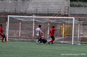 Il gol partita di Vella (foto Carmelo Lenzo)