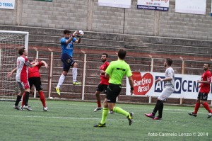 Ivan Mannino fa suo il pallone in uscita