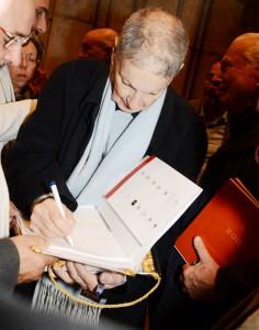 """L'autore Giulio Romano, mentre autografa alcune copie del proprio volume """"200"""""""